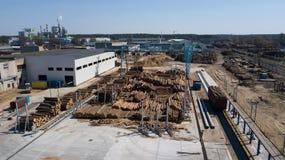 Αεροφωτογραφία βιομηχανίας ξυλουργικής με τον κηφήνα στοκ φωτογραφία