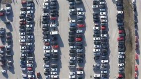 Αεροφωτογραφία ενός χώρου στάθμευσης που συσσωρεύεται με τα αυτοκίνητα απόθεμα βίντεο