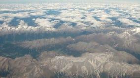 Αεροφωτογραφία, ορεινός όγκος και σύννεφα australites απόθεμα βίντεο