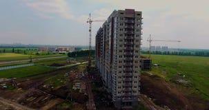 Αεροφωτογραφία του κτηρίου κάτω από την οικοδόμηση Οικοδόμηση ενός κτηρίου διαμερισμάτων Γερανός κατασκευής απόθεμα βίντεο