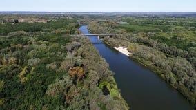 Αεροφωτογραφία του ποταμού στην αυγή Υδρονέφωση αύξησης από τον ποταμό στα πλαίσια του ήλιου αύξησης απόθεμα βίντεο