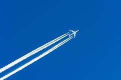 Αερολιμένας αεροπορίας αεροπλάνων contrail τα σύννεφα Στοκ Φωτογραφία