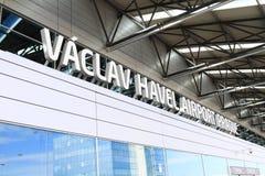 αερολιμένας Απρίλιος τα απασχολημένα τσέχικα airbus 2012 a319s που τροφοδοτεί με καύσιμα βυτιοφόρο δημοκρατιών της Πράγας επίγειω Στοκ Φωτογραφίες