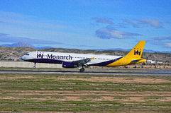 Αερολιμένας της Αλικάντε αεροσκαφών αερογραμμών μοναρχών γρίφων τορνευτικών πριονιών στοκ φωτογραφία με δικαίωμα ελεύθερης χρήσης