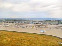 Αερολιμένας Frankfurt/$l*Main, Γερμανία - τερματικό με το διάδρομο Στοκ Φωτογραφίες