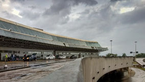 Αερολιμένας RioGaleão έξω από την άποψη μια νεφελώδη ημέρα στοκ εικόνες
