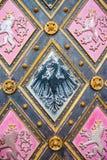 Αετός - κάλυψη των όπλων της Σιλεσίας και του λιονταριού - κάλυψη των όπλων της Βοημίας στις πόρτες της βασιλικής του ST Peter κα Στοκ Φωτογραφία