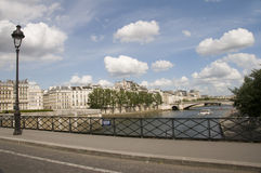 αημένο απλάδι ποταμών του Παρισιού τραπεζών γέφυρα Στοκ εικόνες με δικαίωμα ελεύθερης χρήσης