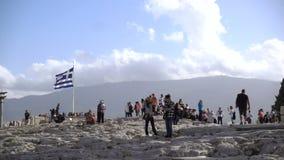 Αθήνα, Ελλάδα - 15 Νοεμβρίου 2017: τουρίστες και γιγαντιαία ελληνική σημαία στην αθηναϊκή ακρόπολη φιλμ μικρού μήκους