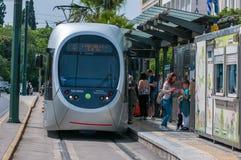 Αθήνα, Ελλάδα στις 17 Απριλίου 2017: επιβάτες που προσγειώνουν τα σύγχρονα τραμ στην Αθήνα, Ελλάδα Στοκ φωτογραφία με δικαίωμα ελεύθερης χρήσης
