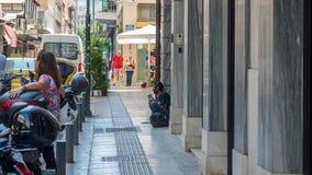 Αθήνα Ελλάδα στις 17 Αυγούστου 2018: Άστεγη συνεδρίαση ατόμων στο βήμα στο s στοκ εικόνα με δικαίωμα ελεύθερης χρήσης