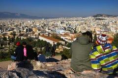 Αθήνα, Ελλάδα, στις 30 Ιανουαρίου 2018: Οι άνθρωποι απολαμβάνουν τη θέα στην πόλη της Αθήνας από το λόφο Areopagus Στοκ φωτογραφία με δικαίωμα ελεύθερης χρήσης