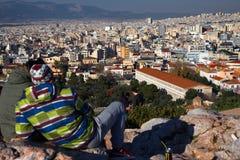 Αθήνα, Ελλάδα, στις 30 Ιανουαρίου 2018: Οι άνθρωποι απολαμβάνουν τη θέα στην πόλη της Αθήνας από το λόφο Areopagus Στοκ Εικόνες