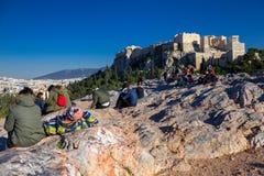 Αθήνα, Ελλάδα, στις 30 Ιανουαρίου 2018: Οι άνθρωποι απολαμβάνουν τη θέα στην πόλη της Αθήνας από το λόφο Areopagus Στοκ εικόνα με δικαίωμα ελεύθερης χρήσης