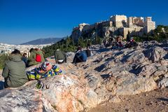 Αθήνα, Ελλάδα, στις 30 Ιανουαρίου 2018: Οι άνθρωποι απολαμβάνουν τη θέα στην πόλη της Αθήνας από το λόφο Areopagus Στοκ Φωτογραφίες