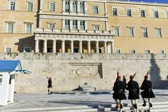 ΑΘΗΝΑ, ΕΛΛΑΔΑ - 19 ΙΑΝΟΥΑΡΊΟΥ 2017: Καταπληκτική άποψη του ελληνικού Κοινοβουλίου στην Αθήνα Στοκ εικόνα με δικαίωμα ελεύθερης χρήσης