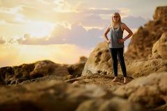 Αθλήτρια που κάνει τη γιόγκα υπαίθρια υγιής τρόπος ζωής έννοιας Στοκ φωτογραφία με δικαίωμα ελεύθερης χρήσης