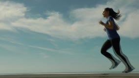 Αθλήτρια που τρέχει εμπρός απόθεμα βίντεο