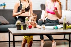 Αθλήτριες με το αγοράκι στο σπίτι Στοκ Φωτογραφία