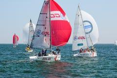 Αθλητές ομάδας που συμμετέχουν στον ανταγωνισμό ναυσιπλοΐας - regatta, που διοργανώνεται στην Οδησσός Ουκρανία SB20 - στοκ φωτογραφίες