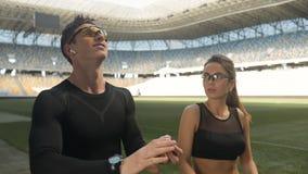 Αθλητές που θερμαίνουν στο στάδιο απόθεμα βίντεο