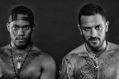 Αθλητές στα βέβαια πρόσωπα με τα nude μυϊκούς στήθη και τους δικέφαλους μυς Αθλητικοί τύποι τύπων με τους προκλητικούς μυϊκούς κο Στοκ Εικόνες