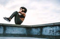 Αθλητής γυναικών που κάνει workout στη στέγη στοκ εικόνες