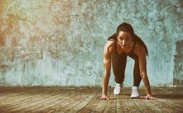Αθλητής ικανότητας στην έναρξη ενάντια στον τοίχο που προετοιμάζεται για την ορμή Ικανότητα, υγιής έννοια τρόπου ζωής r στοκ φωτογραφίες