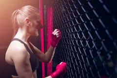Αθλητής κοριτσιών που εγκιβωτίζει MMA στοκ εικόνες