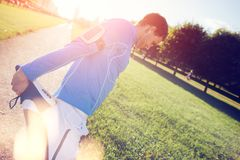 Αθλητής με armband που κάνει τις ασκήσεις στο πάρκο στο ηλιοβασίλεμα Στοκ εικόνες με δικαίωμα ελεύθερης χρήσης