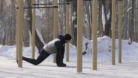 Αθλητής που κάνει workout την άσκηση στο χώρο χειμερινών αθλήσεων Κατάρτιση ατόμων ικανότητας απόθεμα βίντεο