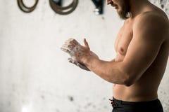 Αθλητής που χτυπά τα χέρια με talc πριν από το deadlift barbells workout Στοκ Φωτογραφία