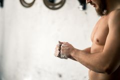 Αθλητής που χτυπά τα χέρια με talc πριν από το deadlift barbells workout Στοκ εικόνες με δικαίωμα ελεύθερης χρήσης