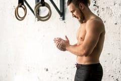 Αθλητής που χτυπά τα χέρια με talc πριν από το deadlift barbells workout Στοκ φωτογραφία με δικαίωμα ελεύθερης χρήσης