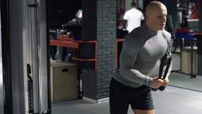 Αθλητής στη γυμναστική που κάνει τις ασκήσεις στους μυς του στήθους και των ώμων φιλμ μικρού μήκους