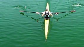 Αθλητής rower που κωπηλατεί, σε αργή κίνηση βίντεο φιλμ μικρού μήκους