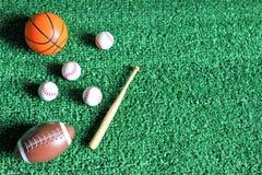 Αθλητικά εξαρτήματα ραβδιά, σφαίρες στο πράσινο υπόβαθρο στοκ εικόνα με δικαίωμα ελεύθερης χρήσης