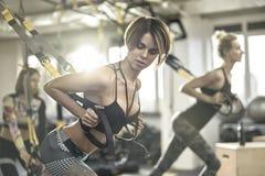 Αθλητικά κορίτσια που εκπαιδεύουν στη γυμναστική Στοκ φωτογραφία με δικαίωμα ελεύθερης χρήσης