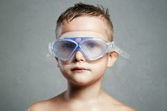 Αθλητικά παιδιά, λίγος κολυμβητής στη μάσκα στοκ φωτογραφία