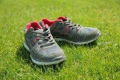 Αθλητικά παπούτσια - πάνινα παπούτσια Πάνινα παπούτσια στο αγωνιστικό χώρο ποδοσφαίρου Στοκ εικόνα με δικαίωμα ελεύθερης χρήσης