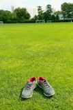 Αθλητικά παπούτσια - πάνινα παπούτσια Πάνινα παπούτσια στο αγωνιστικό χώρο ποδοσφαίρου Στοκ Εικόνα