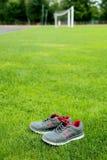 Αθλητικά παπούτσια - πάνινα παπούτσια Πάνινα παπούτσια στο αγωνιστικό χώρο ποδοσφαίρου Στοκ φωτογραφίες με δικαίωμα ελεύθερης χρήσης
