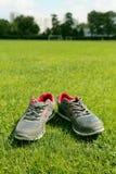 Αθλητικά παπούτσια - πάνινα παπούτσια Πάνινα παπούτσια στο αγωνιστικό χώρο ποδοσφαίρου Στοκ Εικόνες