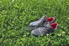 Αθλητικά παπούτσια - πάνινα παπούτσια Πάνινα παπούτσια στο αγωνιστικό χώρο ποδοσφαίρου Στοκ Φωτογραφία