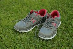 Αθλητικά παπούτσια - πάνινα παπούτσια Πάνινα παπούτσια στο αγωνιστικό χώρο ποδοσφαίρου Στοκ εικόνες με δικαίωμα ελεύθερης χρήσης