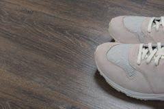 Αθλητικά παπούτσια στο γκρίζο πάτωμα στο σπίτι στοκ φωτογραφία με δικαίωμα ελεύθερης χρήσης