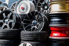 Αθλητικά πλαίσια και ελαστικά αυτοκινήτου αυτοκινήτων που παρουσιάζονται σε ένα κατάστημα ελαστικών αυτοκινήτου Στοκ Εικόνες