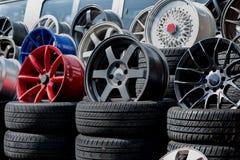 Αθλητικά πλαίσια και ελαστικά αυτοκινήτου αυτοκινήτων που παρουσιάζονται σε ένα κατάστημα ελαστικών αυτοκινήτου Στοκ Φωτογραφίες
