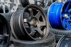 Αθλητικά πλαίσια και ελαστικά αυτοκινήτου αυτοκινήτων που παρουσιάζονται σε ένα κατάστημα ελαστικών αυτοκινήτου Στοκ Εικόνα