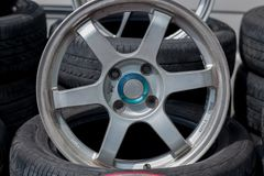 Αθλητικά πλαίσια και ελαστικά αυτοκινήτου αυτοκινήτων που παρουσιάζονται σε ένα κατάστημα ελαστικών αυτοκινήτου Στοκ εικόνα με δικαίωμα ελεύθερης χρήσης